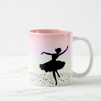 Tanzen unter die Sterne - rosa Sonnenuntergang Zweifarbige Tasse