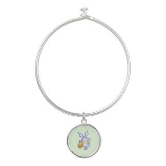 Tanzender lila Osterhasen-Korb der farbigen Eier Armreif