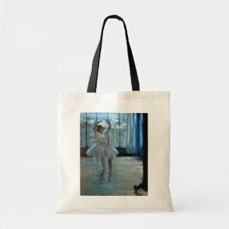 Tänzer Edgar Degass   vor einem Fenster Tragetasche