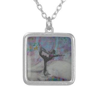 Tänzer im Schnee - Halskettenquadrat Versilberte Kette
