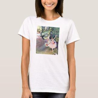 Tänzer mit einem Blumenstrauß der Blumen durch T-Shirt