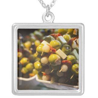 Tapas gemacht mit angefüllten Oliven Versilberte Kette