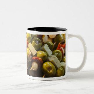 Tapas gemacht mit angefüllten Oliven Zweifarbige Tasse