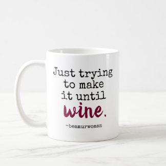 Tasse, die gerade versucht, sie bis Wein zu machen Kaffeetasse