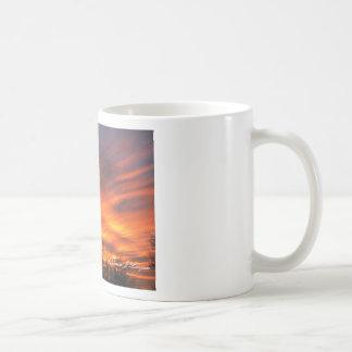 Tasse-Glühender Sonnenuntergang mit majestätischen