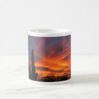 Tasse-Glühender Sonnenuntergang mit majestätischen Tasse