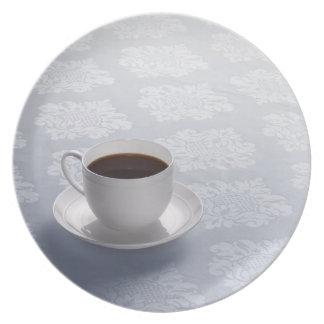 Tasse Kaffee auf Tabelle Flacher Teller