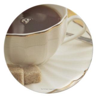Tasse Kaffees und Zucker Flache Teller