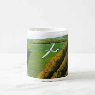 Tasse mit allein Flug über blauem Berg