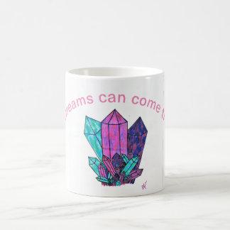 Tasse mit Kristallen