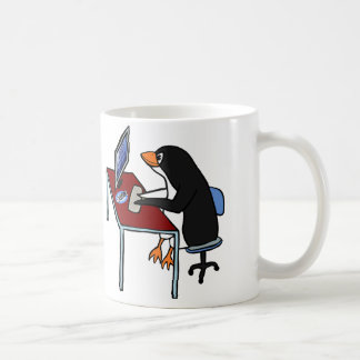 TASSE: Niedlicher lustiger Penguin, der an Tasse