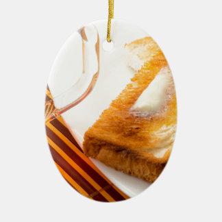 Tasse Tee und heißer Toast mit Butter Ovales Keramik Ornament