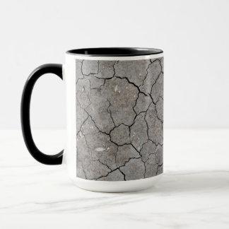 Tasse: Trockener gebrochener grauer Boden-Lehm Tasse