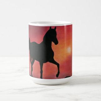 Tassen-tänzelndes Pferd im Sonnenuntergang Kaffeetasse