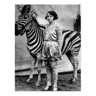 Tätowierte Zirkus-Dame und Zebra-Postkarte Postkarte