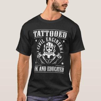 Tätowierter ziviler Ingenieur schwärzte gebildetes T-Shirt