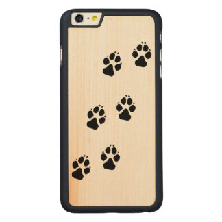 Tatzendrucke eines Hundes Carved® Maple iPhone 6 Plus Hülle