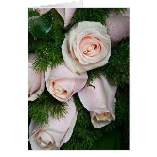 Tau-Tropfen auf rosa Rosen Karte