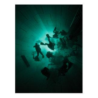 Taucher in einem Tunnel Postkarte