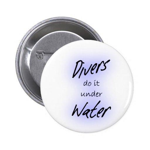 Taucher tun es unter Wasser Anstecknadelbuttons