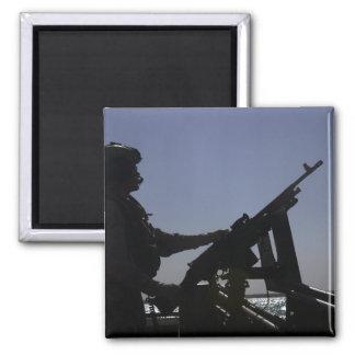 Techniker, der ein Maschinengewehr M240 im Irak Quadratischer Magnet