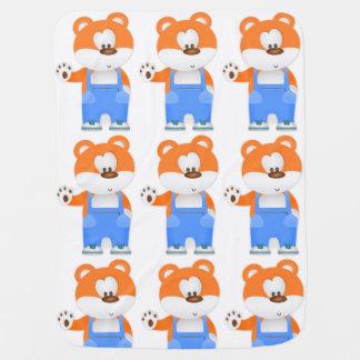 Teddybär in der Gesamt-Blue Jeans, die hallo Kinderwagendecke