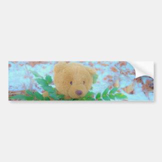Teddybär in der Stechpalme, blauer Himmel Autoaufkleber