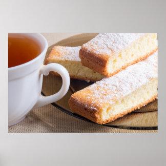 Tee und eine Platte der frischen Kekse Poster