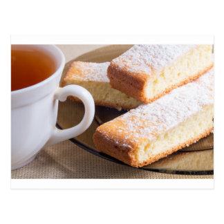 Tee und eine Platte der frischen Kekse Postkarte