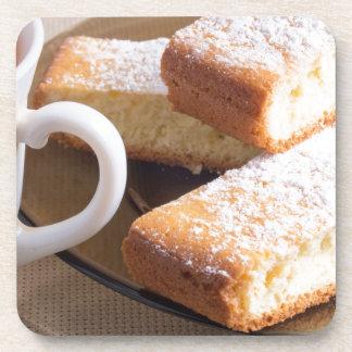 Tee und eine Platte der frischen Kekse Untersetzer