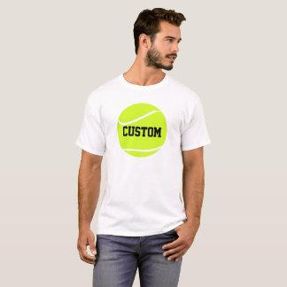 Tennis-Ball und der grundlegende weiße T - Shirt