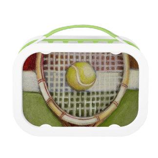 Tennis-Schläger mit dem Ball, der auf Gericht legt Brotdose