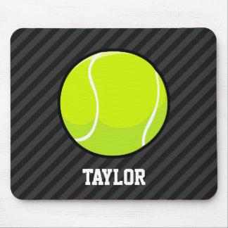 Tennisball auf den schwarzen u. dunkelgrauen mauspads