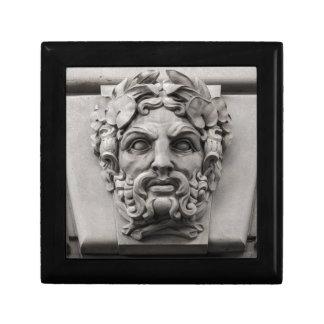 Terrakotta-Steingesichter auf historischem Gebäude Erinnerungskiste