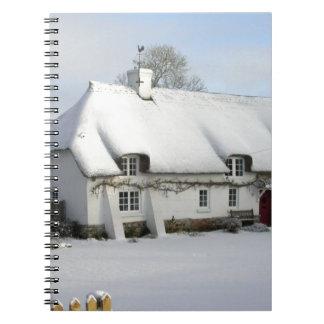 Thatched englische Hütte im Schnee Notizblock