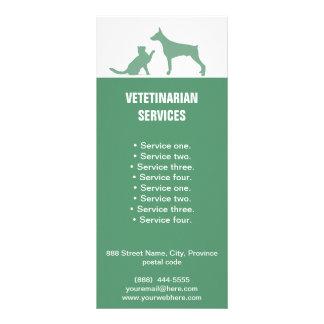 Tierarzt hält Hunde- und Katzengestellkarte Werbekarte