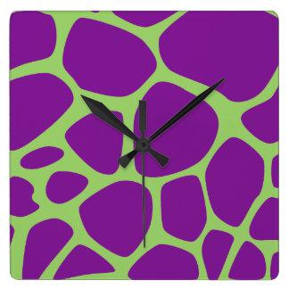 Tierdruck (Giraffen-Muster) - lila Grün Quadratische Wanduhr