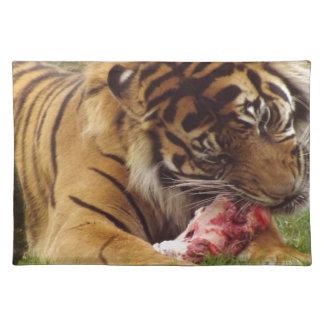 Tiger, der sein Fleisch-wirkliches Foto isst Stofftischset