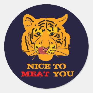 Tiger, der zum Fleisch Sie lustiges Runder Aufkleber