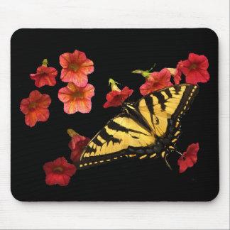Tiger-Frack-Schmetterling auf roten Blumen Mousepad