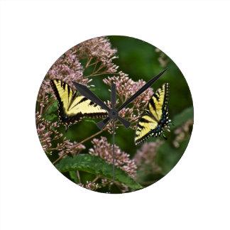 Tiger-Frack-Schmetterlinge auf Unkraut Joes Pye Runde Wanduhr
