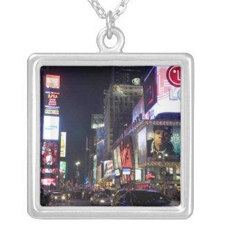 Times Square nachts in Manhattan, New York Versilberte Kette