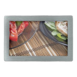 Tischplatte mit selbst gemachtem Geschirr Rechteckige Gürtelschnalle