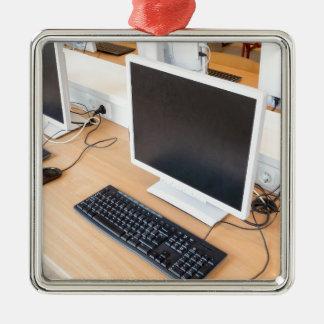 Tischrechner in der Computerklasse auf Schule Silbernes Ornament