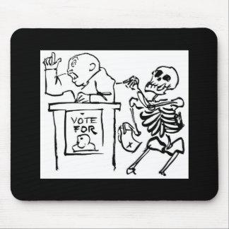 Tod und der Politiker circa 1951 Mousepads