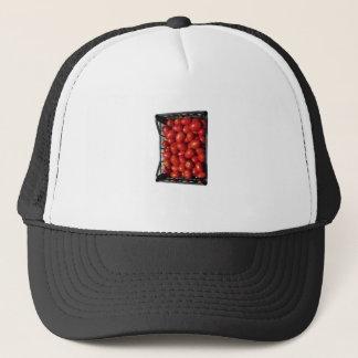 Tomaten im Kasten auf weißem Hintergrund Truckerkappe