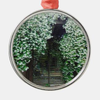 Tor umfaßt im Jasmin Rundes Silberfarbenes Ornament