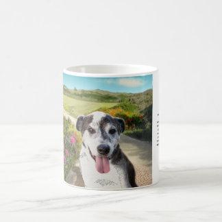 Torte auf einem Gebiet der Dahlien (Hund auf Kaffeetasse