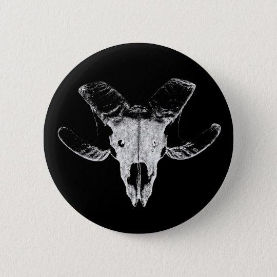 Totenkopf vom Schaf auf schwarzer Button