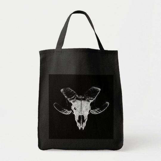 Totenkopf vom Schaf auf schwarzer Tasche